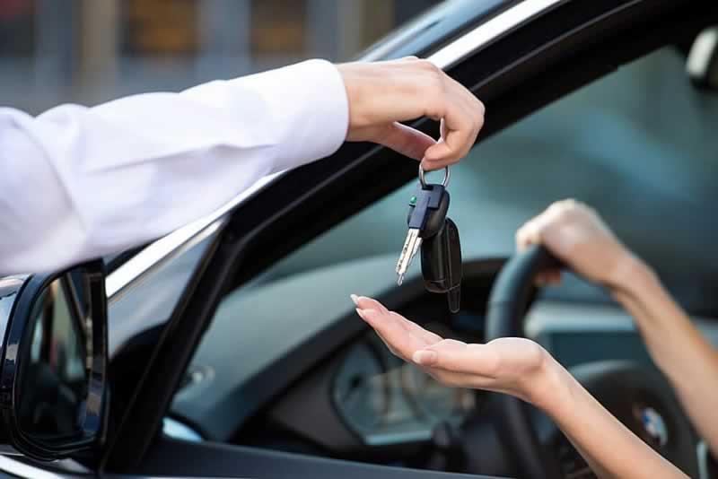 motorista mulher recebendo a chave de um carro aluguel de carros em orlando