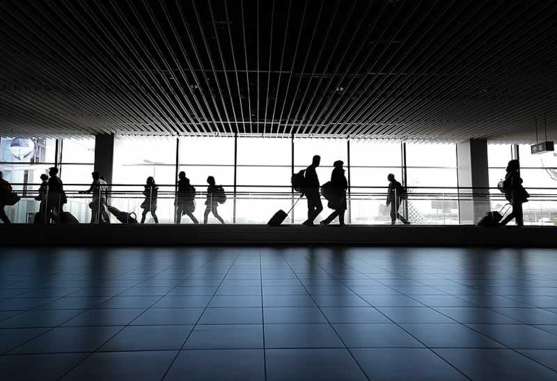 passageiros caminhando pelo aeroporto