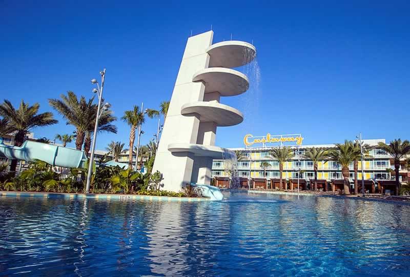 piscina do hotel universal's cabana bay beach resort e estrutura ao fundo