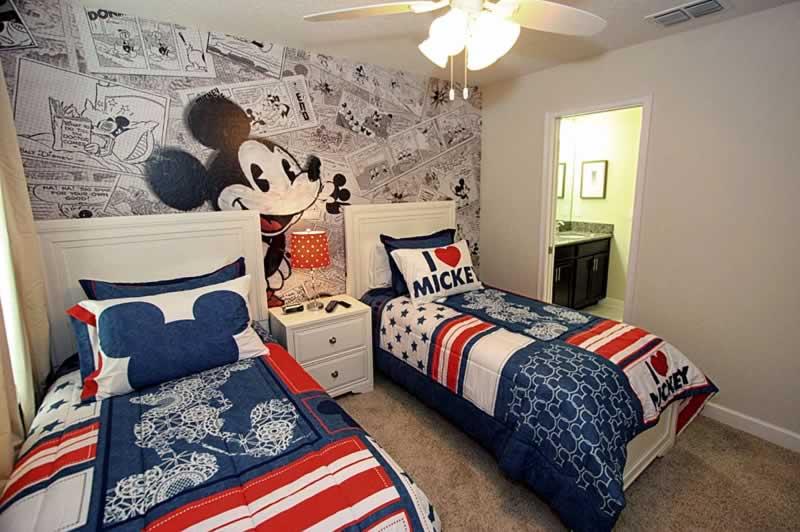 quarto decorado tema mickey com duas camas de casa de aluguel da stays orlando hospedagem