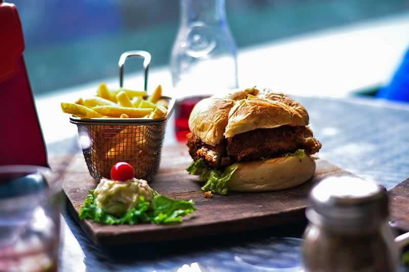 refeição fast-food com hambúrguer e batata frita