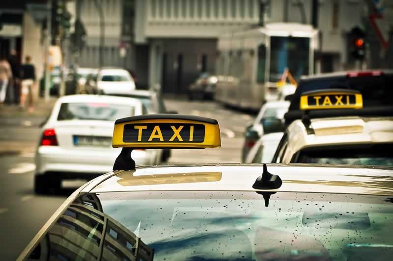 táxis andando pela rua