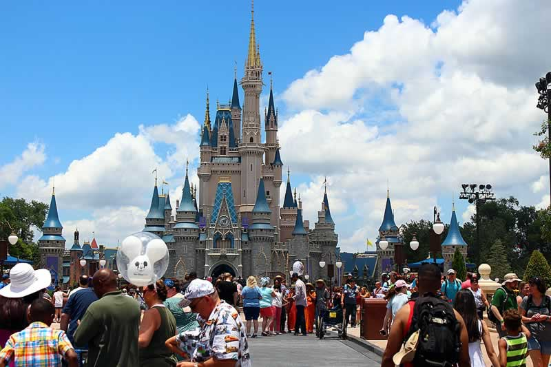 turistas no magic kingdom disney com castelo da cinderela
