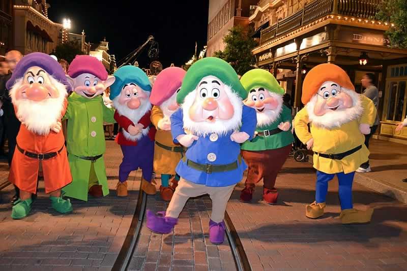 7 anões da Branca de Neve no Mickey's Very Merry Christmas Party