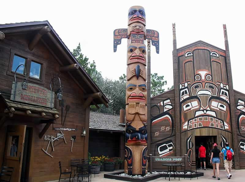 arquitetura do pavilhão do canadá no epcot com toten indígina