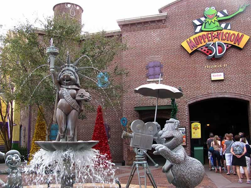 atração muppet vision e estátuas dos muppets no hollywood studios