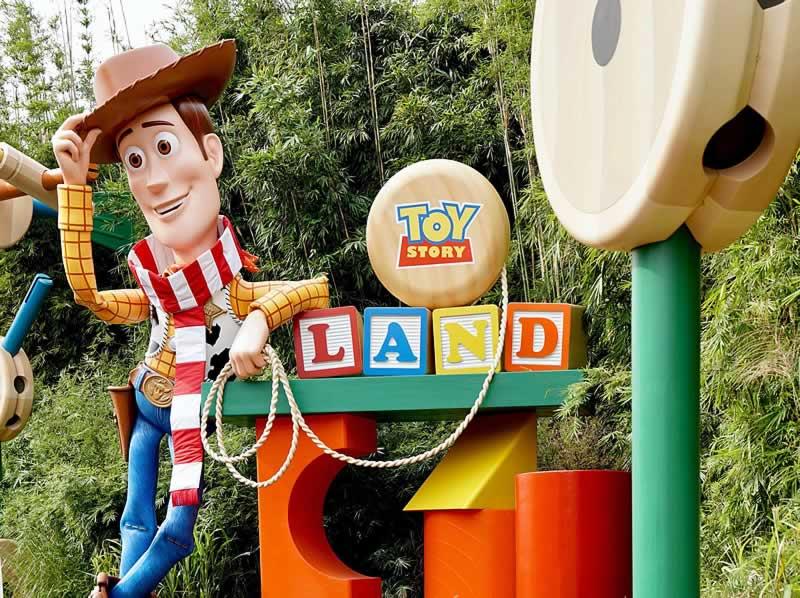 estátua do woody na toy story land do hollywood studios