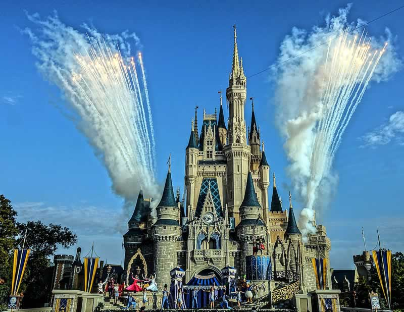 mickey's royal friendship faire soltando fogos no castelo do magic kingdom