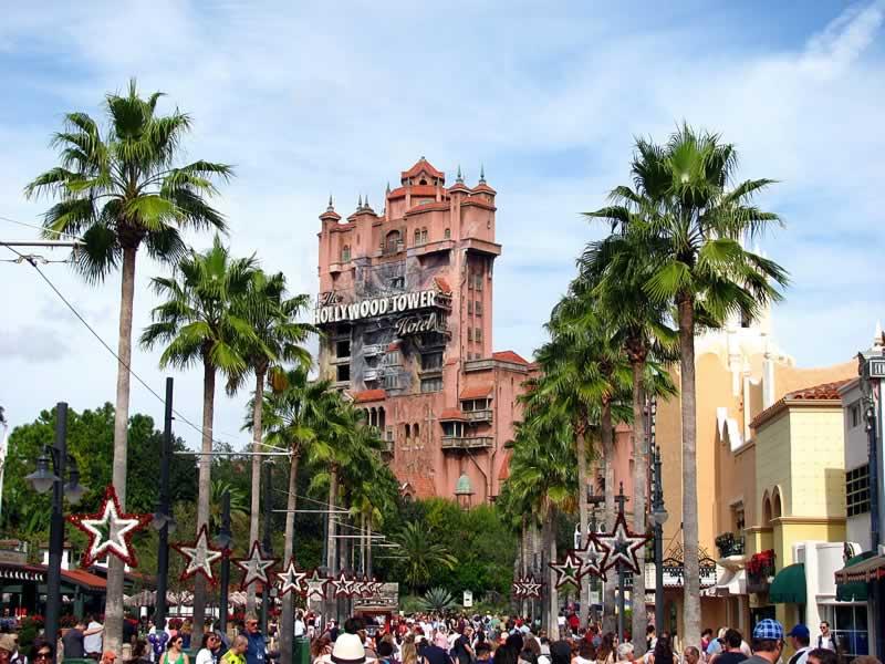sunset boulevard do hollywood studios com tower of terror ao fundo