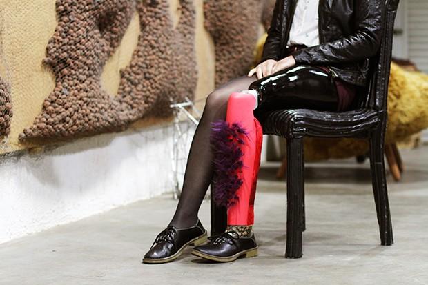 Humberto Campana conduz oficina de customização de próteses