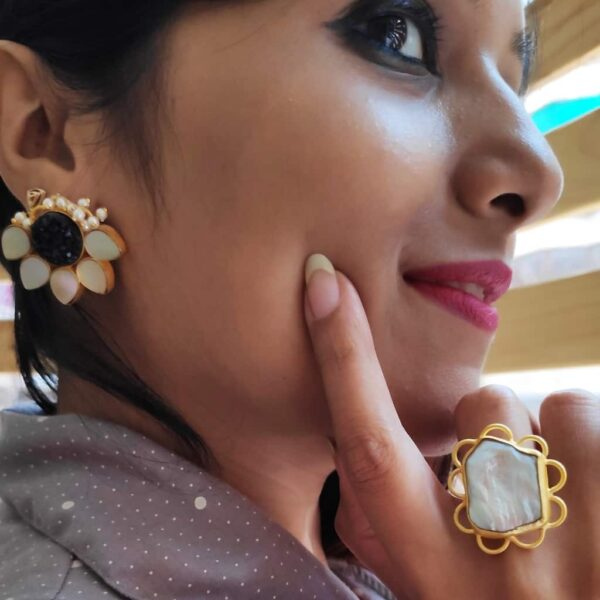 Lotus Stud Fashion Earring with Druzy and Shell Pearl Black Body
