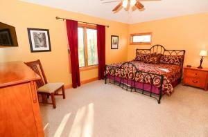 King bedroom upper level -left