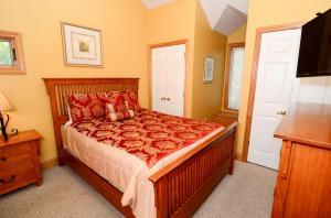 Queen bedroom upper level right