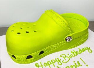 What a croc of cake! 💁🏽♀️🐊 @crocs  . . .  #birthdaycake #instabakes #instabakers #funcakes #stylishcakes #funcakes #Cakedealer #girlbosstribe #BakerLife #cakesdaily #bakeyourworldhappy #howtocakeit #cakesinstyle #cakeinspo #cakesofinstagram #cakedecorating #cakedesign #baking #homemade #cakedecorators #buzzfeedfood #cakegram #thebakefeed #sweettooth #instacake #virginiabaker #dmvfoodie #fondantlove #fondantcake #crocs #croccake