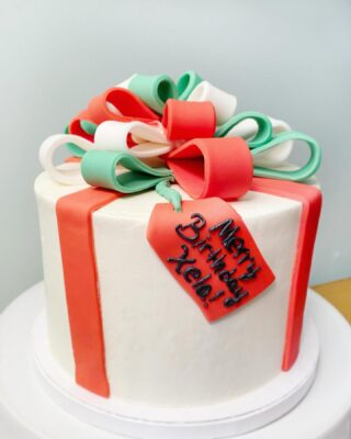 Did everyone get what they asked for this Christmas? I'm still waiting for that 3rd dog I asked for 🤨😝🐶 . . . #birthdaycake #buttercreamcake #instabakes #instabakers #funcakes #stylishcakes #funcakes #Cakedealer #girlbosstribe #BakerLife #cakesdaily #bakeyourworldhappy #howtocakeit #cakesinstyle #cakeinspo #cakesofinstagram #cakedecorating #cakedesign #baking #homemade #cakedecorators #buzzfeedfood #cakegram #thebakefeed #sweettooth #instacake #virginiabaker #dmvfoodie #buttercreamlove #buttercreamdesign #merrybirthday