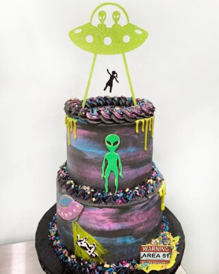 Such a fun theme! UFO 👽🛸 And this topper is everythinggg, purchased at @franscakeandcandy . . .  #instabakes #instabakers #funcakes #funcakes #BakerLife #cakesdaily #cakesinstyle #cakeinspo #cakesofinstagram #cakedecorating #cakedesign  #cakedecorators #buzzfeedfood #cakegram #thebakefeed #sweettooth #instacake #virginiabaker #dmvfoodie #buttercreamlove #buttercreamdesign #ufocake #ufo