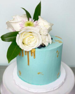 Oh heyyy pretty 🤍 . . . #birthdaycake #buttercreamcake #instabakes #instabakers #funcakes #stylishcakes #funcakes #Cakedealer #girlbosstribe #BakerLife #cakesdaily #bakeyourworldhappy #howtocakeit #cakesinstyle #cakeinspo #cakesofinstagram #cakedecorating #cakedesign #baking #homemade #cakedecorators #buzzfeedfood #cakegram #thebakefeed #sweettooth #instacake #virginiabaker #dmvfoodie #buttercreamlove #buttercreamdesign