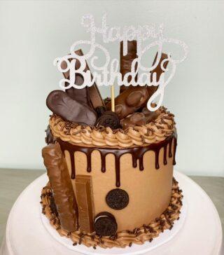 I can still smell this one 🤤🍫 Sooo yum! . . . #birthdaycake #buttercreamcake #instabakes #instabakers #funcakes #stylishcakes #funcakes #Cakedealer #girlbosstribe #BakerLife #cakesdaily #bakeyourworldhappy #howtocakeit #cakesinstyle #cakeinspo #cakesofinstagram #cakedecorating #cakedesign #baking #homemade #cakedecorators #buzzfeedfood #cakegram #thebakefeed #sweettooth #instacake #virginiabaker #dmvfoodie #buttercreamlove #buttercreamdesign #dripcake