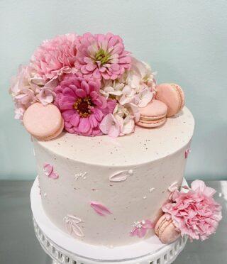 I lovvve that I got to use some of the flowers from my garden on this one 🌸🌸🌸 . . .  #birthdaycake #buttercreamcake #instabakes #instabakers #funcakes #stylishcakes #funcakes #Cakedealer #floralcake #BakerLife #cakesdaily #bakeyourworldhappy #howtocakeit #cakesinstyle #cakeinspo #cakesofinstagram #cakedecorating #cakedesign #baking #homemade #cakedecorators #buzzfeedfood #cakegram #thebakefeed #sweettooth #instacake #virginiabaker #dmvfoodie #buttercreamlove #buttercreamdesign