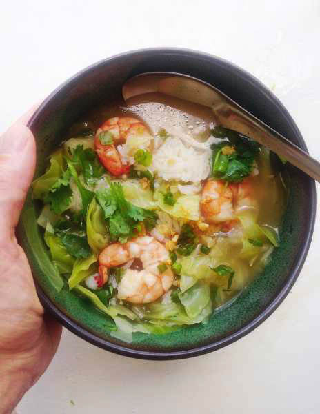 Heart-warming quick, Thai rice soup that even babies and toddlers enjoy? Yes please! Full of the best homey flavors: chicken broth, jasmine rice, shrimp, cabbage, green onions, cilantro and fried garlic! | thai-foodie.com