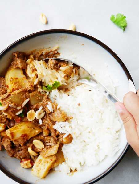 All the cozy flavors of Thai Massaman curry, but with the ease of the crockpot! Thai curry, beef, onion and potatoes, the best way to warm up a cold night! | thai-foodie.com
