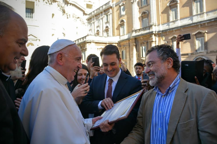 Papa Francisco e Virgílio Viana, superintendente-geral da FAS, no 3º Simpósio da Juventude do Vaticano.