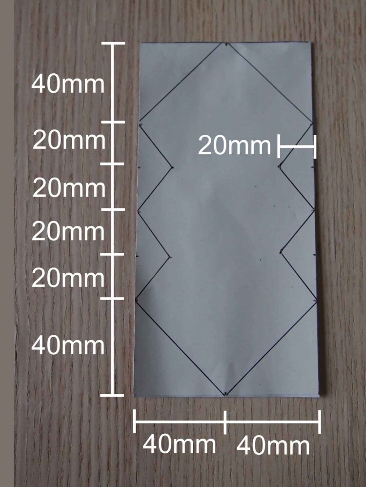 2   With scissors, cut a 8cm x 16cm rectangle from the rubber sheet. Then draw the pattern shown in the image according to the dimensions in the image.