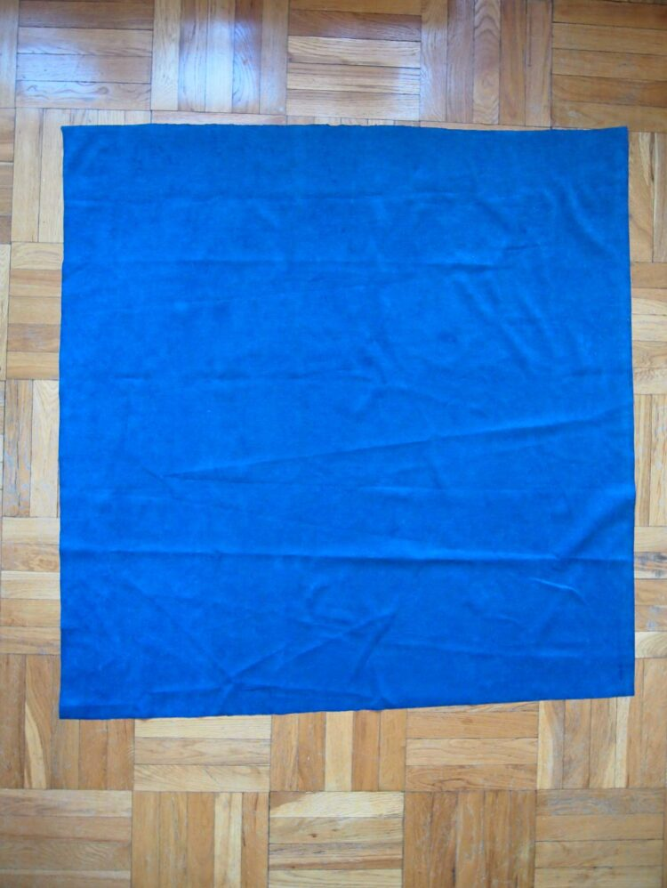 17   Cut two pieces of velvet fabric in each of the following dimensions: 62in x 44in (158cm x 112cm), 48in x 37in (122cm x 94cm), 48in x 44in (122cm x 112cm). So, you should have cut 6 pieces in total.