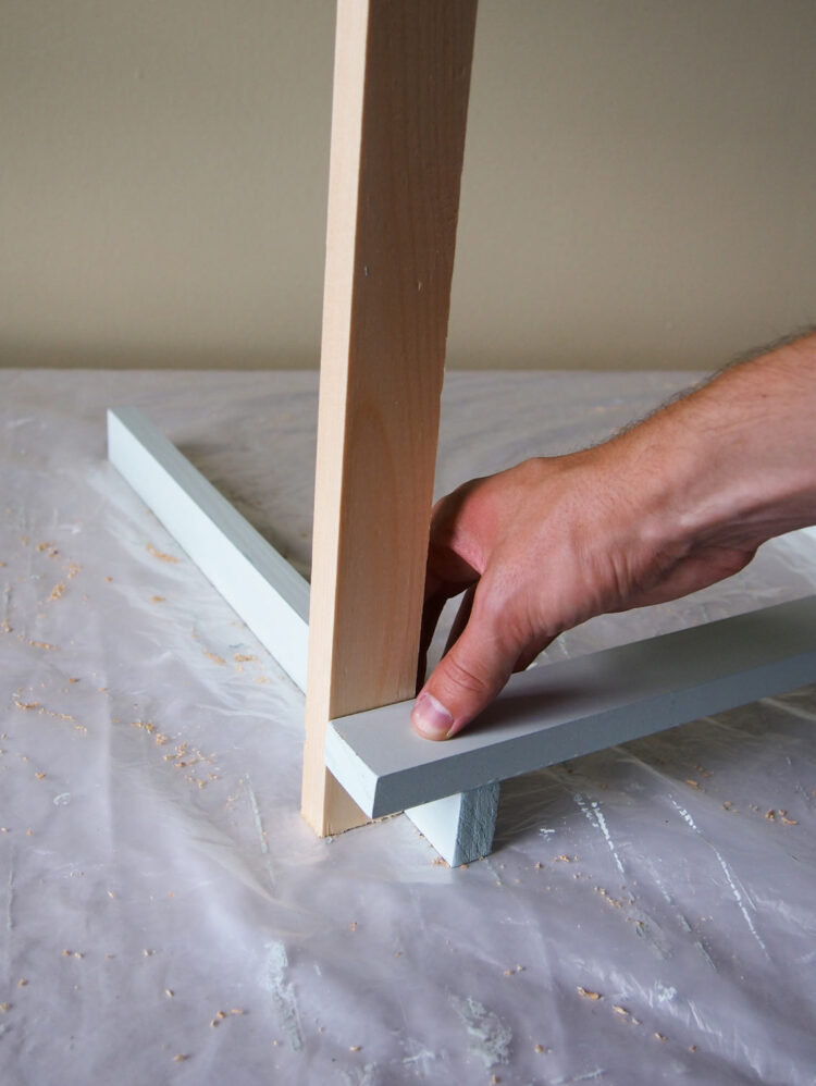 21   To assemble the backrest, make a right angle with two wood pieces, as in step 4. The wide piece should hang over the narrow piece by 1 full width of wood.