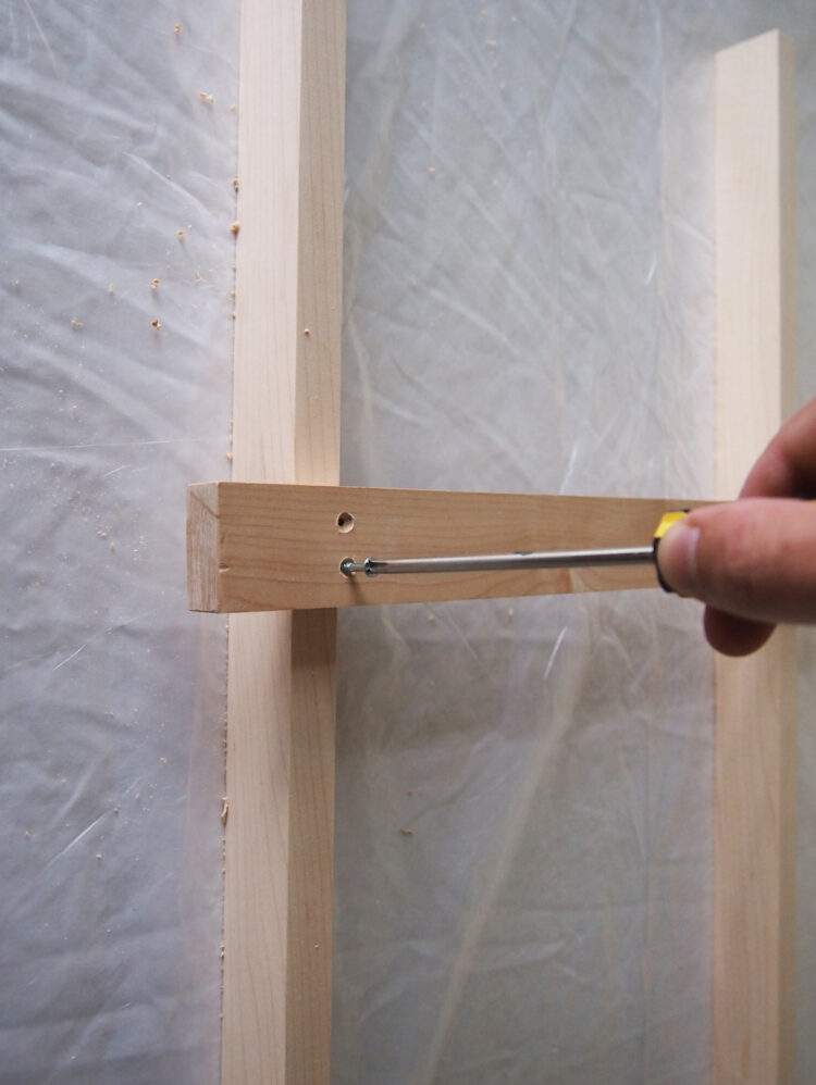 6   Screw the two pieces of wood together with two screws. The screw head should be flush with the wood.