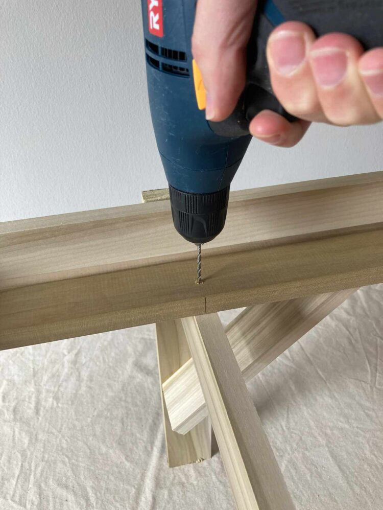 25   Line that mark up with the center of a piece completed in step 23, and drill 4 holes for your screws.