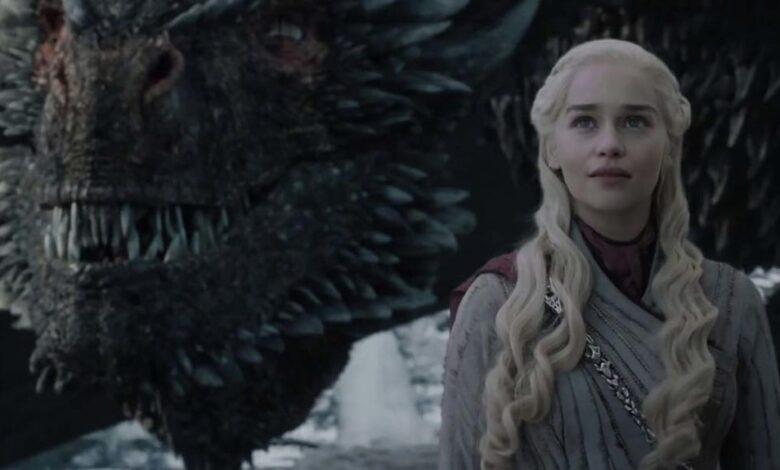 Emilia Clarke revela quién dejó el vaso de café que se coló en la última temporada de Game Of Thrones