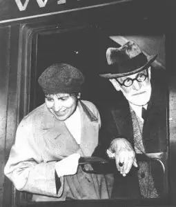 Anna Freud and her father arriving in Paris, en route to London