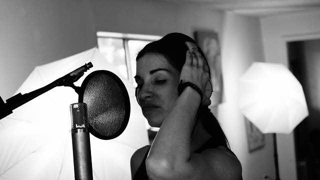 singer-in-studio-no-ab