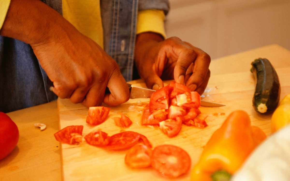 Image-of-man-chopping-tomatoes-for-bearded-dragons-to-eat