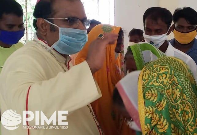 Bishop Vijay blesses faithful in the Srikakulam Diocese.