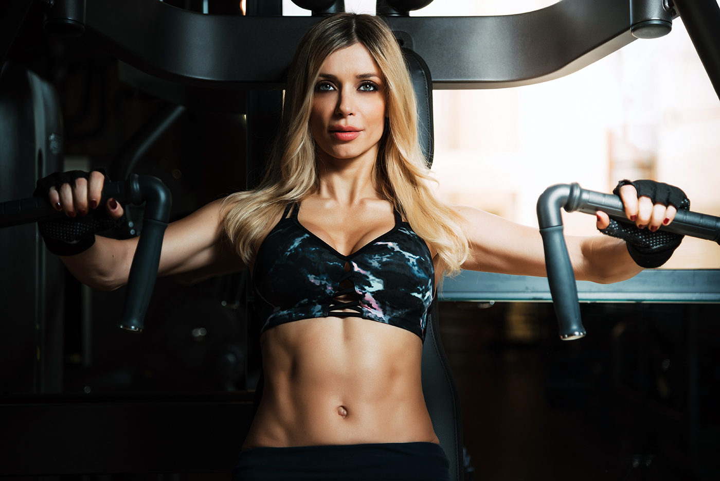 beautiful-blonde-woman-working-out-in-the-gym-7NZUAJM.jpg