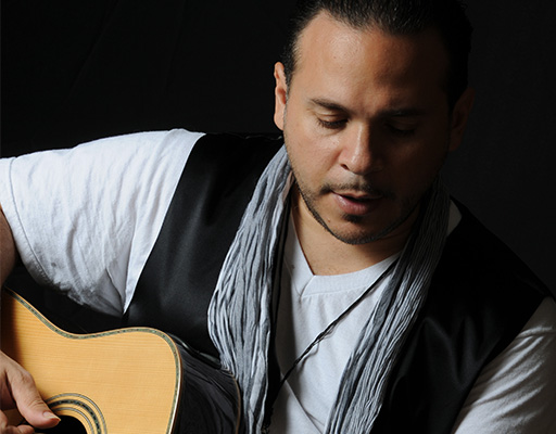 Roberto Obregon performing live at Arts Garage in February 2020