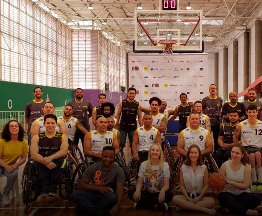 Membros do grupo EmFrente, em 2019, após assistirem a uma partida de basquete da Associação Desportiva para Deficientes Físicos (ADD), em São Paulo