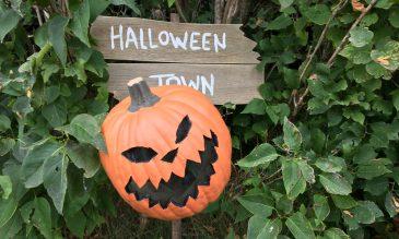 halloween-town-sign-diy-feature