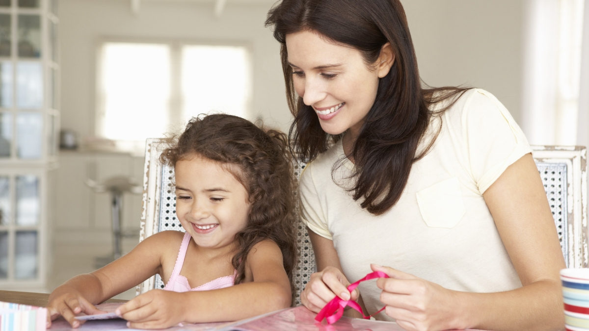 mamá e hija forrando cuadernos