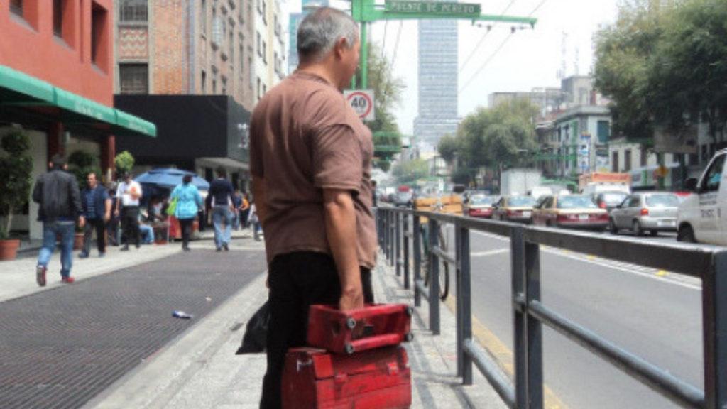 boleador esperando bus