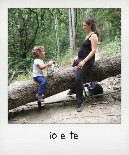 Mamma incinta con bambina nel parco delle foreste casentinesi