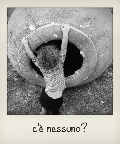 Bambino visita Ostia antica
