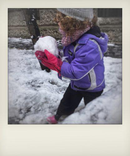 Bambini giocano a palle di neve a Roma