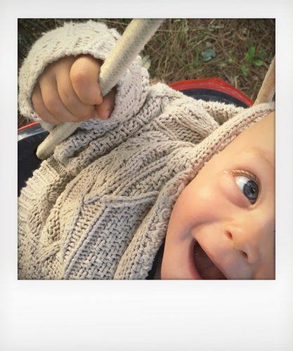 Bambino di 10 mesi alla fattoria