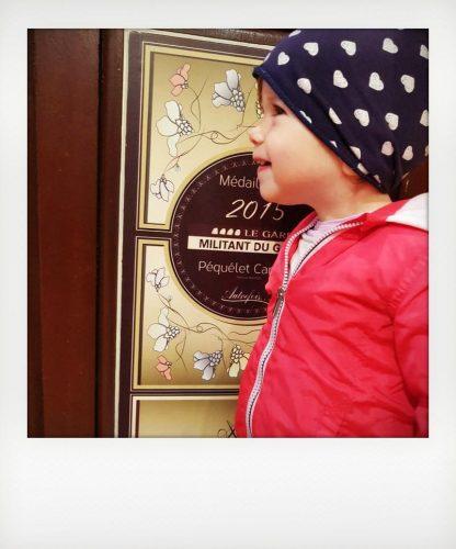 Bambina in un café della Provenza