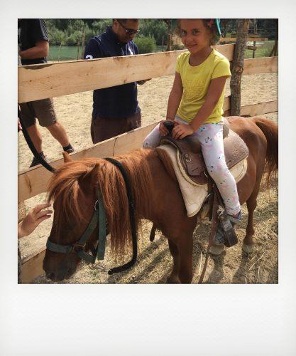 Bambini a cavallo nel parco nazionale d'Abruzzo