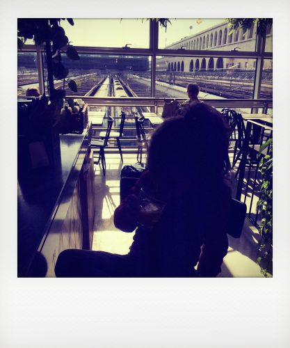 Bambina in partenza per Milano