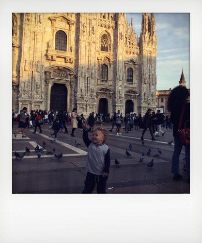 Bambini giocano al duomo di Milano